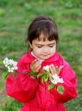 Liten flicka med blommapäron arkivbild