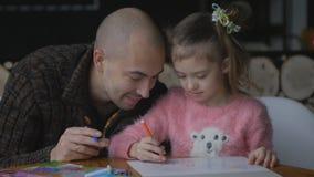 Liten flicka med blont hår som tillbaka dras i en hästsvans som sitter på barnen lager videofilmer