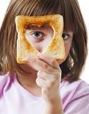 Liten flicka med bröd Fotografering för Bildbyråer