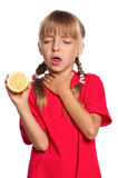 Liten flicka med citronen Royaltyfria Bilder