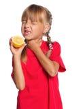 Liten flicka med citronen Royaltyfria Foton