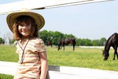 Liten flicka med cowboyhatten Arkivbild