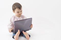 Liten flicka med den digitala minnestavlan på vit Royaltyfria Foton