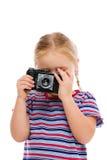 Liten flicka med den gammala kameran. Royaltyfri Foto