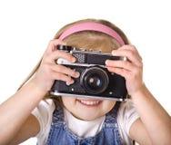 Liten flicka med den isolerade gammala kameran Royaltyfri Bild