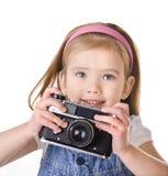 Liten flicka med den isolerade gammala kameran Arkivfoton