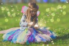 Liten flicka med den magiska fjärilen Royaltyfria Foton