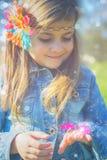 Liten flicka med den magiska fjärilen Fotografering för Bildbyråer