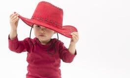 Liten flicka med den röda cowboyhatten arkivfoto