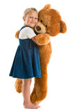 Liten flicka med den stora nallebjörnen Royaltyfria Bilder