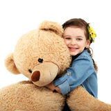 Liten flicka med den stora nallebjörnen som har roligt skratta Royaltyfria Foton