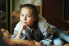 Liten flicka med den traditionella ukrainska skjortan Royaltyfria Bilder