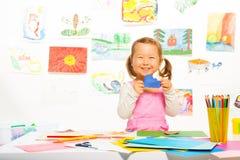 Liten flicka med det pappers- molnet Arkivfoton