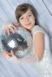 Liten flicka med disko klumpa ihop sig Arkivfoto