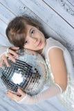 Liten flicka med disko klumpa ihop sig Arkivbild