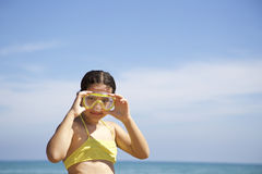 Liten flicka med dykningmaskeringen Fotografering för Bildbyråer