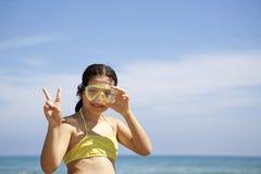 Liten flicka med dykningmaskeringen Arkivbilder
