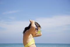Liten flicka med dykningmaskeringen Royaltyfria Bilder