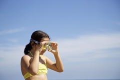 Liten flicka med dykningmaskeringen Arkivbild