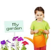 Liten flicka med en bevattna can och blommor Arkivbilder
