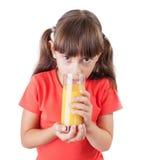 Liten flicka med en dricka fruktsaft för aptit fotografering för bildbyråer
