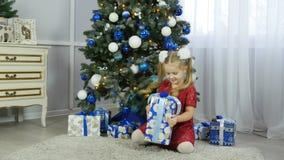 Liten flicka med en gåva för nytt år lager videofilmer
