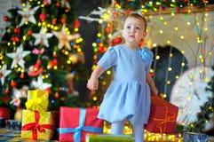 Liten flicka med en gåva i händer Royaltyfri Fotografi
