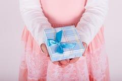 Liten flicka med en gåva i hans hand Arkivfoto