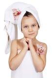 Liten flicka med en handduk isolerat Arkivbild