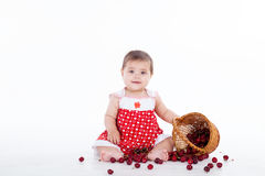 Liten flicka med en korg av körsbärbär Royaltyfria Foton