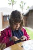 Liten flicka med en kortlek Arkivfoto