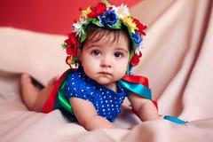 Liten flicka med en krans på hennes huvud Fotografering för Bildbyråer