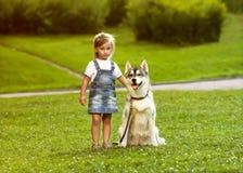 Liten flicka med en skrovlig hund Royaltyfri Fotografi