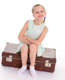 Liten flicka med en stor och mycket gammal resväska. Royaltyfri Bild