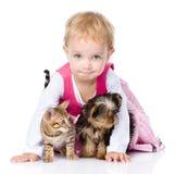 Liten flicka med en valp och en kattunge Isolerat på vit royaltyfria foton