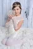 Liten flicka med ett garnnystan Royaltyfria Foton
