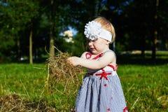 Liten flicka med ett sugrör Arkivfoto