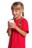Liten flicka med exponeringsglas av mjölkar Arkivbilder