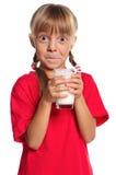 Liten flicka med exponeringsglas av mjölkar Arkivfoto