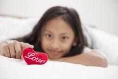 Liten flicka med förälskelsehjärta barndom och lycka Valentin D Royaltyfria Foton