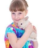 Liten flicka med förtjusande kanin fotografering för bildbyråer