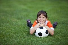 Liten flicka med fotbollbollen Royaltyfri Foto