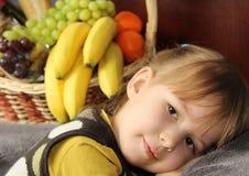 Barn med frukterna arkivbilder