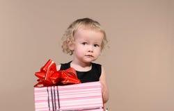 Liten flicka med gåvan royaltyfri foto