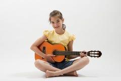 Liten flicka med gitarren Arkivfoton