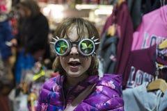 Liten flicka med gotisk solglasögon med den böjde linsen arkivbild