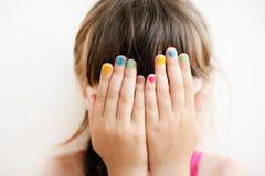 Liten flicka med händer som räknar henne ögon Arkivfoton
