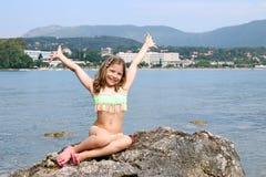 Liten flicka med händer upp på sommarsemester royaltyfri fotografi