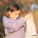 Liten flicka med handduken Fotografering för Bildbyråer