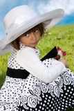 Liten flicka med hatten Royaltyfria Bilder